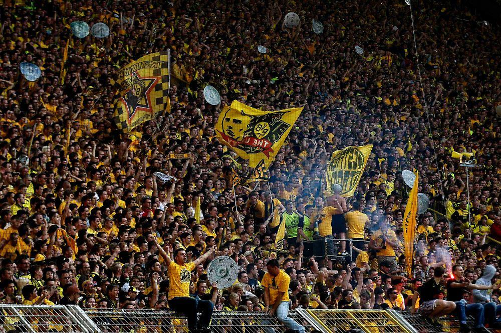 das stadion ein schwarz gelber rausch die bvb fans sind au er sich n. Black Bedroom Furniture Sets. Home Design Ideas