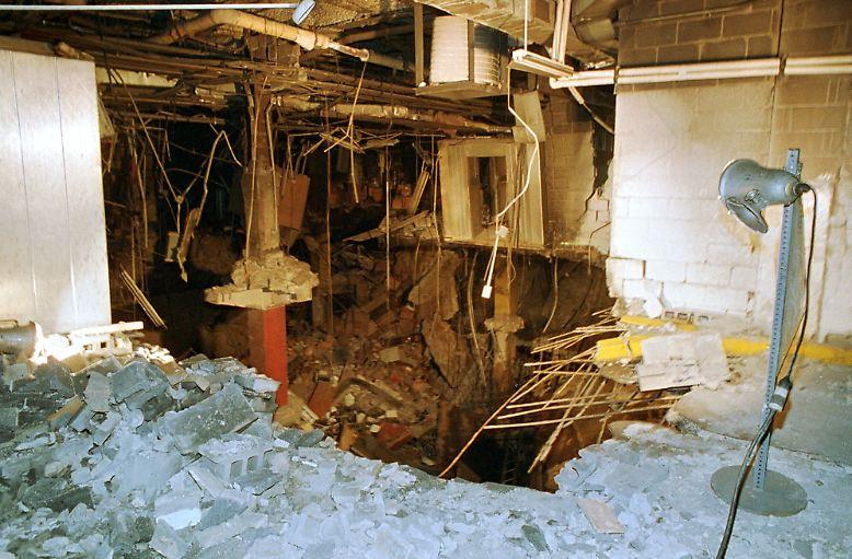 26. Februar 1993: Eine Bombe, die in der Tiefgarage des New Yorker World Trade Centers explodiert, tötet sechs Menschen.