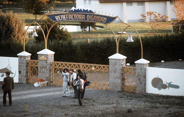 """Die Colonia Dignidad (hier ein Bild von 1988) war eine streng abgeschottete Sekte in Chile, die ihr Unwesen fast vier Jahrzehnte lang treiben konnte. Pinochet ließ dort foltern - und die deutsche Botschaft half mit. Konnte die Flucht daraus überhaupt gelingen? Bilder aus dem Film """"Colonia Dignidad - Es gibt kein Zurück"""" von Regisseur Florian Gallenberger."""