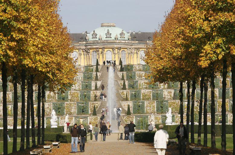 Sanssouci, das Sommerschloss Friedrichs des Großen mit seinen Gartenanlagen vor den Toren Potsdams, gehört zu den schönsten und populärsten Sehenswürdigkeiten in Deutschland.