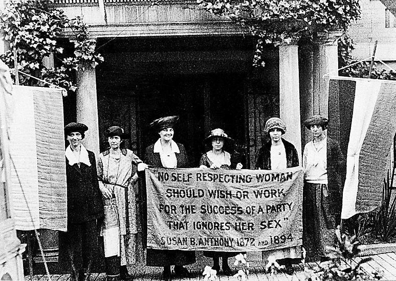 Als vor rund 90 Jahren Frauen für ihre Belange - etwa das Wahlrecht - demonstrierten, sah das zum Beispiel so aus. Heute, im Jahr 2011, hingegen protestieren Frauen ...