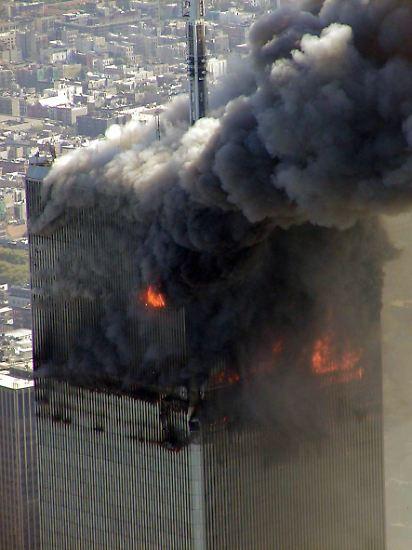 New York, 8.46 Uhr. Ein Passagierflugzeug stürzt in den Nordturm des World Trade Centers. Der Turm brennt. Zunächst ist unklar, ob es sich um einen Anschlag oder einen Unfall handelt. 92 Menschen waren an Bord der Maschine.