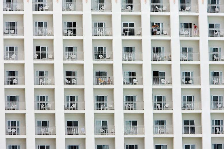 Hochhäuser, Plattenbauten, Wolkenkratzer, Hotel-Bettenburgen – sie sind meist nicht sonderlich ansehnlich. (Touristen in einem Hotel in Cancun, Mexiko)