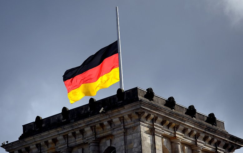Deutschland gedenkt der Opfer des Neonazi-Terrors. Auf dem Reichstagsgebäude weht die deutsche Flagge auf Halbmast.