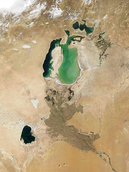 Der Aralsee - zum Teil in Kasachstan, zum Teil in Usbekistan gelegen – war einst der viertgrößte Binnensee der Erde und so groß wie Irland. (Satellitenbild von August 2001)