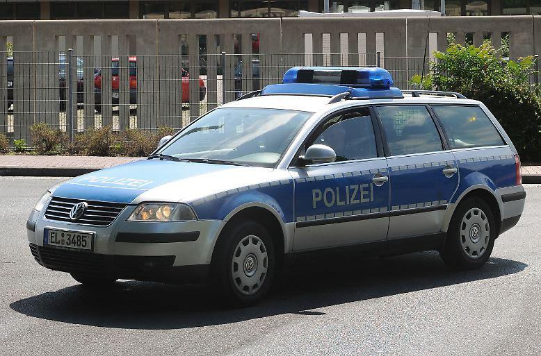 Deutsche Polizisten haben es nicht leicht: Mit Hilfe von serienmäßig motorisierten Limousinen und Kombis der Mittelklasse müssen sie auf hiesigen Straßen für Recht und Ordnung sorgen, …