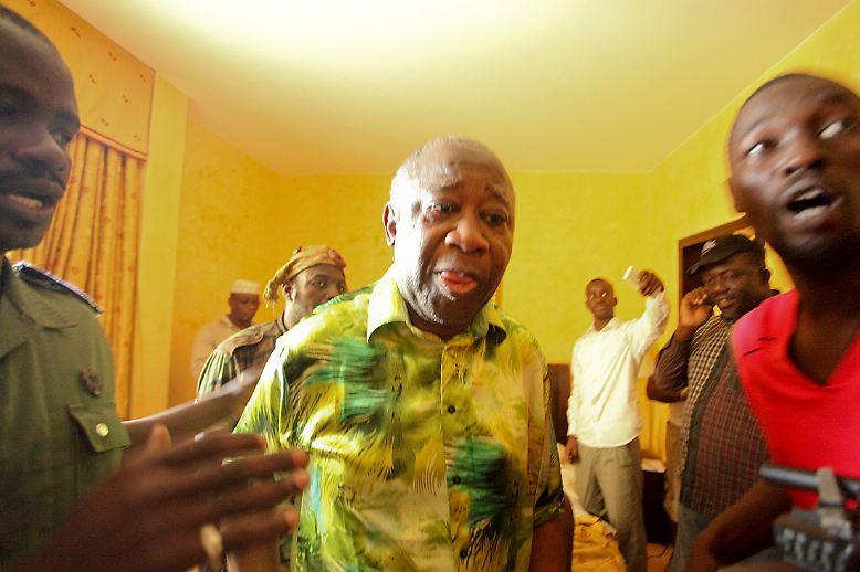 Ein Bürgerkrieg landet vor dem Internationalen Strafgericht: Laurent Gbagbo, Unterlegener im Kampf um die Macht in der Elfenbeinküste, muss sich verantworten. Über Monate kommen Ende 2010 und Anfang 2011 beunruhigende Nachrichten aus dem westafrikanischen Staat Elfenbeinküste.