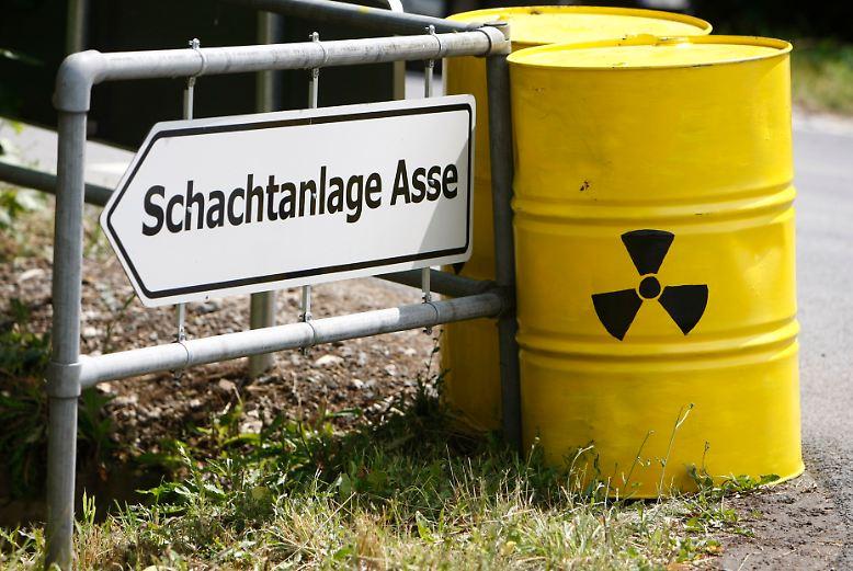 Als im Jahr 1967 die ersten Fässer mit Atommüll im ehemaligen Salzbergwerk Asse bei Wolfenbüttel eingelagert wurden, schrieb die Bundesrepublik damit Endlagergeschichte.