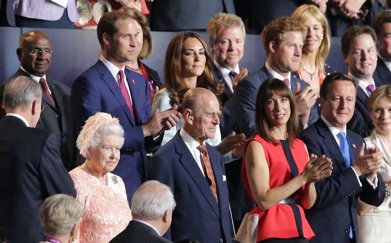"""Die Gewinner der Olympischen Spiele sind - Elizabeth II.: """"Good Evening, Mr. Bond"""" - die ganze Welt war amused. Die Queen als """"Herself"""", ein royaler Blick - ..."""