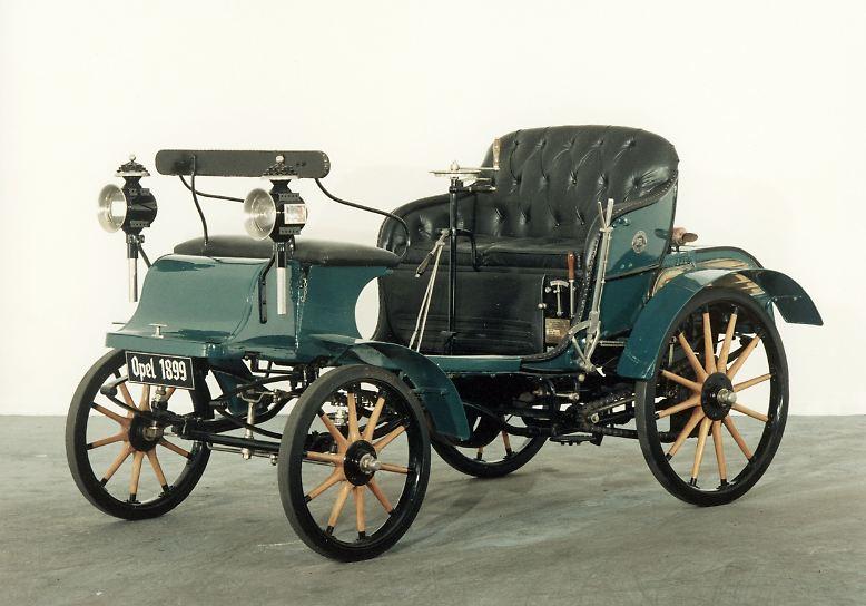 """Der """"Patent Motorwagen System Lutzmann"""" macht den Anfang: Im Herbst 1902 präsentiert Opel mit dem Modell 10/12 PS seine erste Eigenkonstruktion."""