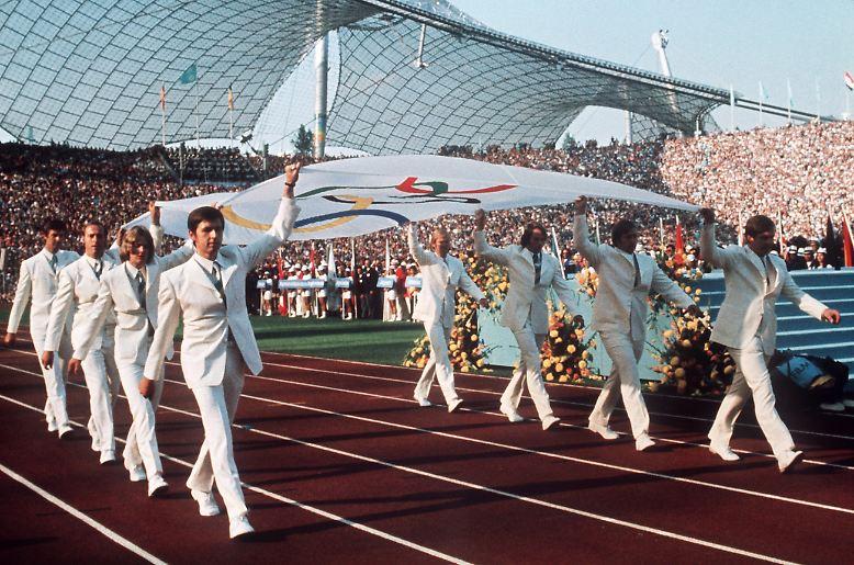 München, 5. September 1972: 80.000 Zuschauer unter dem Zeltdach des neuen Stadions, mehrere hundert Millionen weltweit an den Fernsehern – die Olympischen Spiele feiern eine glanzvolle Eröffnung.