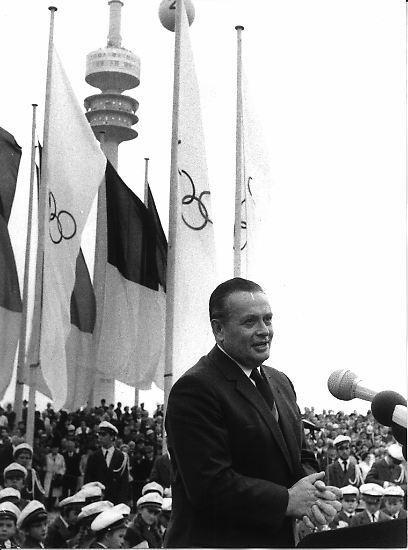 Willi Daume, Vizepräsident des Internationalen Olympischen Komitees (IOC), holt die dritten Olympischen Spiele nach den Winterspielen 1936 in Garmisch Partenkirchen und den Sommerspielen im selben Jahr in Berlin nach Deutschland.