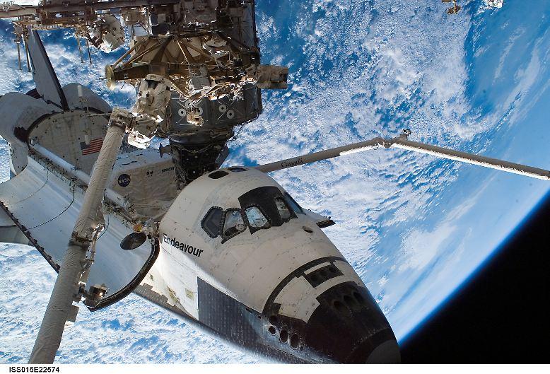 """Im Orbit war die """"Endeavour"""" (hier angedockt an die ISS) mit einer Geschwindigkeit von mehr als 27.000 Kilometern pro Stunde unterwegs. Nun ..."""