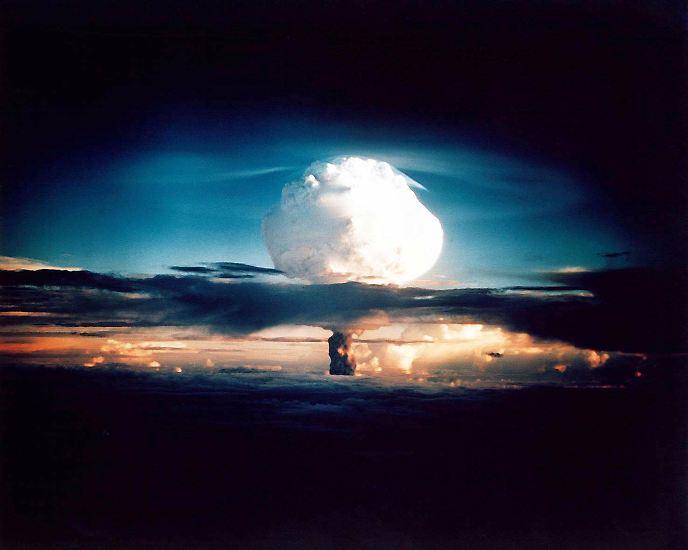 Am 1. November 1952 um 7.15 Uhr geht auf der Insel Elugelab, irgendwo im Nirgendwo des Pazifiks, die Welt unter.