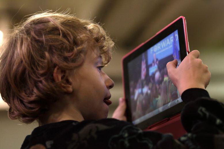 Apple neues, kleines iPad Mini ist da. Kleiner als das, was der Junge hier in der Hand hat.