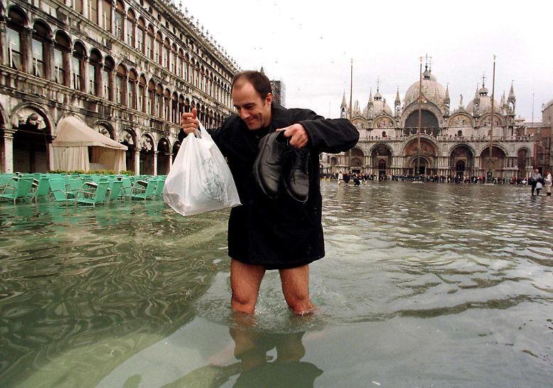 Immer dann, wenn bei besonders starker Flut und niedrigem Luftdruck der Scirocco-Wind das Wasser landeinwärts in die Lagune drückt, herrscht Hochwasser in Venedig - auch auf dem Markusplatz.