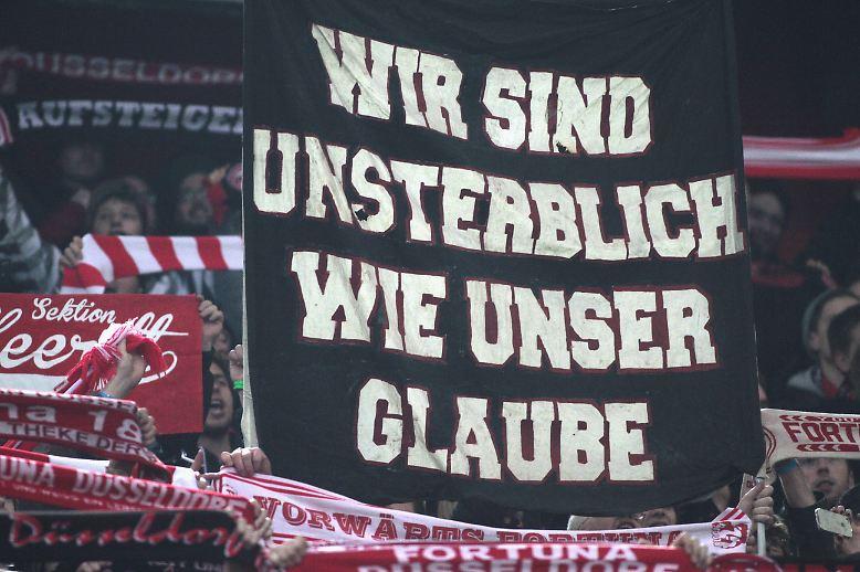 """Während des Spiels  bekundeten die Düsseldorfer Fans ihre Unsterblichkeit, nach der Partie sangen sie auf dem Höhepunkt rheinischer Glückseligkeit: """"Deutscher Meister wird nur die Fortuna!""""."""