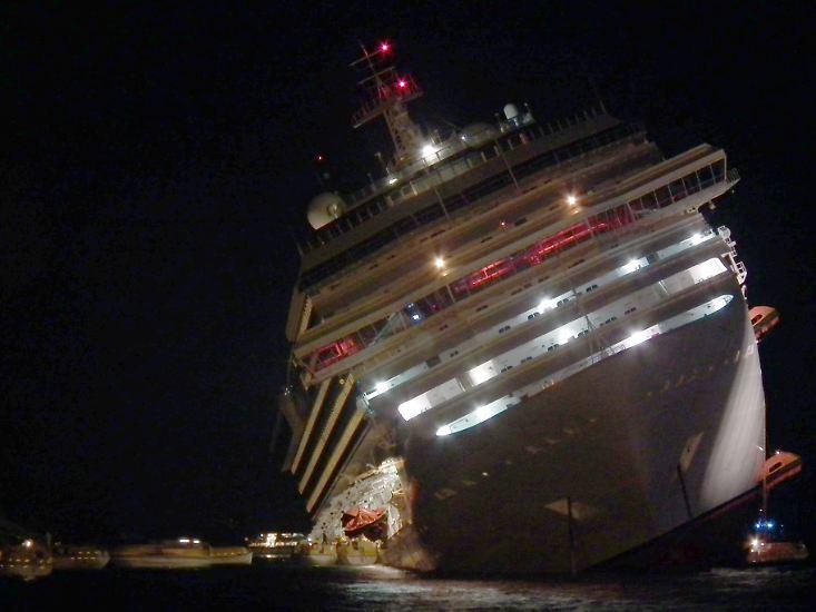 Januar: Die Costa Concordia mit mehr als 4200 Menschen an Bord kentert vor der italienischen Insel Giglio. Dramatische Bilder gehen um die Welt. Bei der Havarie kommen 32 Menschen ums Leben.