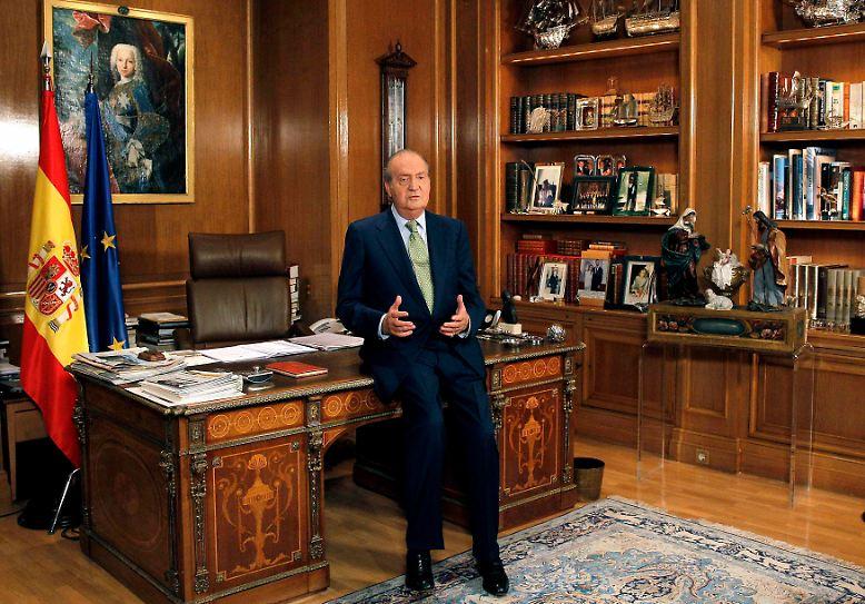2012 war kein leichtes Jahr für König Juan Carlos. Massive gesundheitliche Probleme und familiäre Turbulenzen lassen Madrider Hofberichterstatter - in Anlehnung an Großbritanniens Queen Elizabeth II. - von einem annus horribilis, einem schrecklichen Jahr, sprechen. Entsprechend bemüht ist der Rey, bei der Weihnachtsansprache keinen Fehler zu machen.