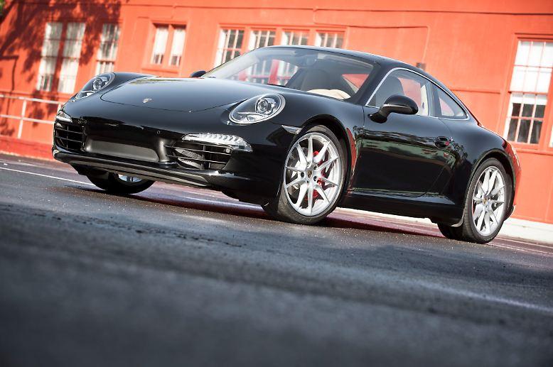 Fünfzig Jahre nach seiner Premiere ist der Porsche 911 noch immer nicht nur ein Urmaß aller Sportwagen, sondern vor allem alltagstauglich. Ein Auto, ...