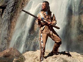 """Pierre Brice als stolzer Apachen-Häuptling in einer Szene des Karl-May-Films """"Winnetou 3""""."""
