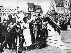 Leni Riefenstahl (M) gibt Regieanweisungen für ihre Dokumentation des Nürnberger Parteitags 1934.