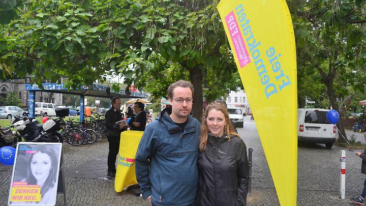 Carl Philipp Burkert und Athanasia Rousiamani-Goldthau kämpfen in Kreuzberg um Wählerstimmen.
