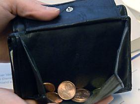Experten appellieren an Eltern und Lehrer, bereits Kindern den Umgang mit Geld näherzubringen.