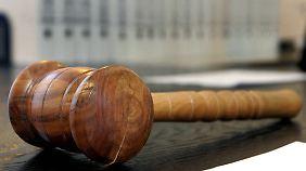 Zahlreiche Oberlandesgerichte haben die Gebühren für unrechtmäßig erklärt. Eine Grundsatzentscheidung verhindern die Banken bislang.