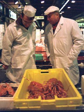 Fischhändler kontrollieren die Ware.