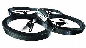 Die Drohne fliegt innen und außen.