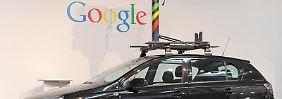 Ein Street-View-Auto mit Rundum-Kamera.