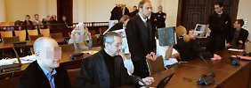 Der Hauptangeklagte (links), die Mitangeklagten und die Anwälte im Hamburger Abofallen-Prozess.